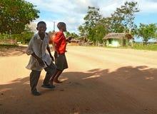 Dois meninos estranhos cruzam a estrada Foto de Stock