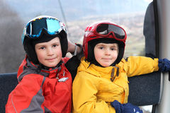 Dois meninos felizes no teleférico Fotografia de Stock Royalty Free