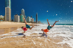 Dois meninos felizes que fazem a mão estão na praia de Gold Coast, Austrália Foto de Stock