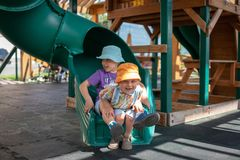 Dois meninos jogam no campo de jogos fotografia de stock royalty free