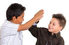 Dois meninos latino-americanos pequenos que dão a elevação cinco e Foto de Stock