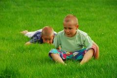 Dois meninos na grama Fotografia de Stock