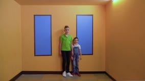 Dois meninos na sala de Ames