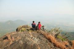 Dois meninos novos com a trouxa que toma Selfie na parte superior de uma montanha e que aprecia a opinião do vale Fotografia de Stock