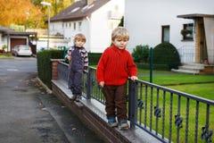 Dois meninos pequenos do irmão que andam na rua da cidade. Foto de Stock Royalty Free