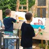 Dois meninos que desenham retratos Fotos de Stock Royalty Free
