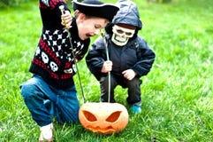 Dois meninos que desgastam trajes de Halloween Foto de Stock Royalty Free