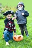 Dois meninos que desgastam trajes de Halloween fotos de stock