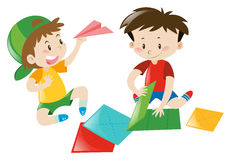 Dois meninos que dobram o avião de papel Imagens de Stock