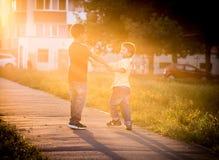 Dois meninos que jogam junto na rua Fotografia de Stock Royalty Free