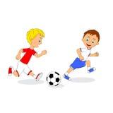 Dois meninos que jogam o futebol Fotos de Stock