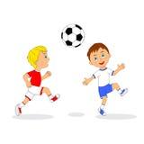 Dois meninos que jogam o futebol Fotos de Stock Royalty Free