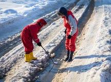 Dois meninos que lançam o barco de papel em The Creek foto de stock royalty free