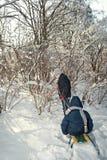 Dois meninos que montam no trenó no inverno Fotografia de Stock