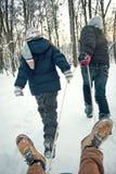 Dois meninos que montam no trenó no inverno Imagem de Stock Royalty Free
