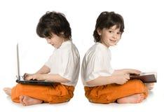 Dois meninos (reflecnbon) imagens de stock