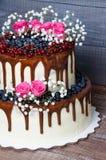 Dois mergulharam o bolo de casamento com uvas-do-monte, corinto vermelho do gotejamento da cor Foto de Stock Royalty Free