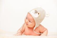Dois meses de bebê idoso no chapéu engraçado Foto de Stock