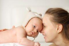 Dois meses de bebê recém-nascido idoso com mãe Fotos de Stock