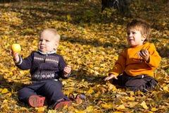 Dois miúdos ao ar livre Imagem de Stock