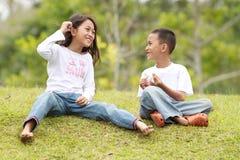 Dois miúdos ao ar livre tendo um bate-papo fotos de stock royalty free
