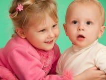 Dois miúdos de sorriso Fotos de Stock Royalty Free