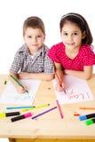 Dois miúdos de sorriso desenham para o mum Imagens de Stock