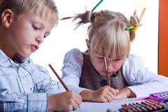 Dois miúdos desenhando fotografia de stock