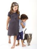 Dois miúdos e um gato Fotos de Stock