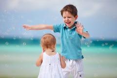 Dois miúdos felizes Fotografia de Stock Royalty Free