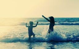 Dois miúdos felizes Fotos de Stock Royalty Free