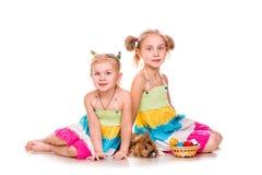Dois miúdos felizes com coelhinho da Páscoa e ovos. Easter feliz Foto de Stock Royalty Free