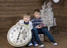 Dois miúdos na mala de viagem Fotografia de Stock Royalty Free