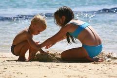 Dois miúdos na praia Imagens de Stock Royalty Free