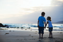 Dois miúdos na praia Fotografia de Stock Royalty Free