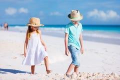 Dois miúdos na praia Imagens de Stock