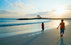 Dois miúdos na praia fotos de stock royalty free