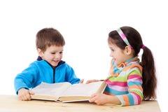 Dois miúdos que compartilham do livro Fotografia de Stock