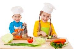 Dois miúdos que fazem a salada Imagem de Stock Royalty Free