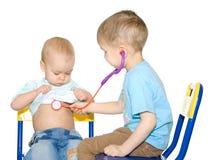 Dois miúdos que jogam o doutor Imagens de Stock Royalty Free