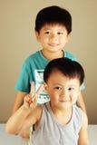 Dois miúdos que olham ao lado Fotografia de Stock Royalty Free