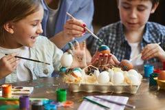 Dois miúdos que pintam ovos de easter imagens de stock royalty free