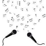 Dois microfones enegrecem a silhueta com notas. Fotografia de Stock
