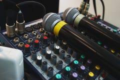 Dois microfones sem fio para eventos do anfitrião em seu console de mistura do DJ Fotos de Stock