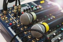 Dois microfones sem fio para eventos do anfitrião em seu console de mistura do DJ Imagem de Stock Royalty Free