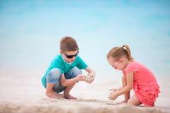 Dois miúdos na praia Foto de Stock