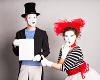Dois mimicam com um sinal para anunciar, conceito de April Fools Day Imagens de Stock