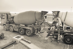 Dois misturadores de cimento no canteiro de obras fotos de stock