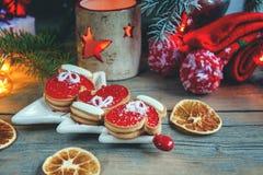 Dois mitenes e doce de fruta da massa de torta com café preto em uma tabela acolhedor do Natal fim neve imagens de stock royalty free