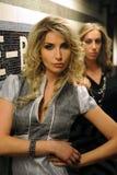 Dois modelos bonitos na estação de metro de NYC fotografia de stock royalty free